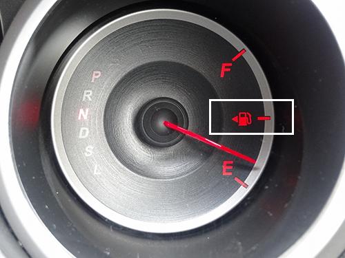 ガソリンメーターの給油マークの三角の方向が給油口がある方