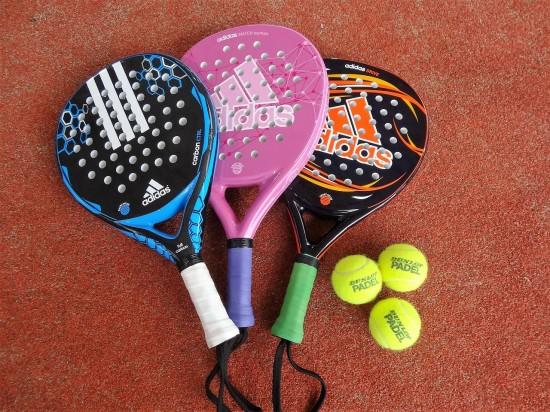 パデルのラケットはテニスラケットより短く、初心者でも扱いやすい