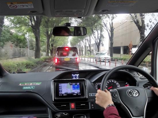 窓が大きく見下ろすような視点で運転がしやすい新型ヴォクシー