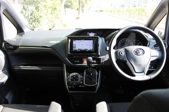 車内からの見晴らしが運転しやすいのでミニバンを初めて運転する人でも安心