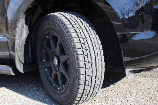 ヨコハマ製スタッドレスタイヤを装備。ブラックのホイールがデザインを引き締める