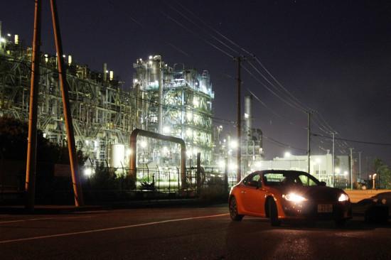 暗闇に浮かび上がる工場夜景とハチロク!