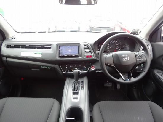 エンジンスタートボタンやETC車載器は運転席の左側に設置