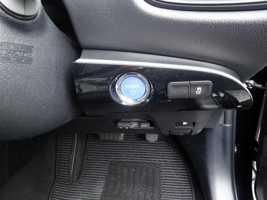 パワーボタンやETC車載器は運転席の右側に設置