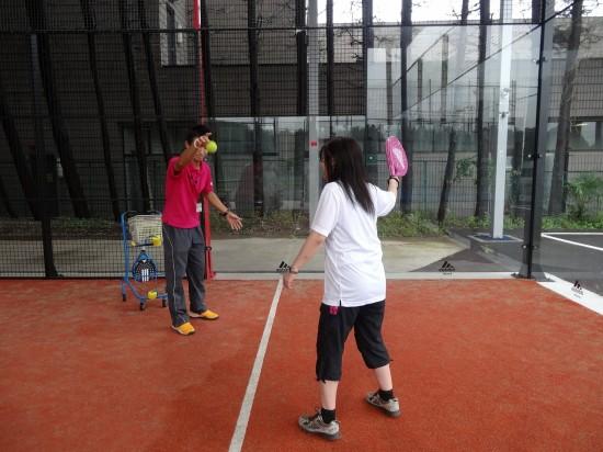 バウンドしたボールを打つ練習。自然にラケットを前に出すのがコツ