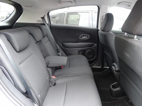 後席も頭上や足元にしっかりと空間があって広々快適
