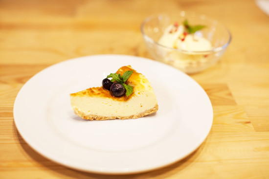 こちらも絶品!奥多摩チーズケーキ。奥はカカオニブ&濃厚バニラアイス