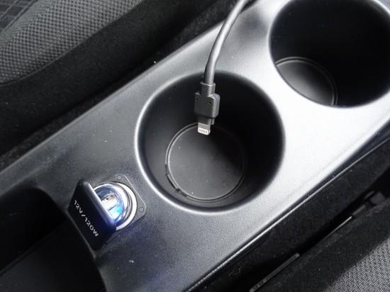 USBソケットとiPhone用のLightningコネクタを用意