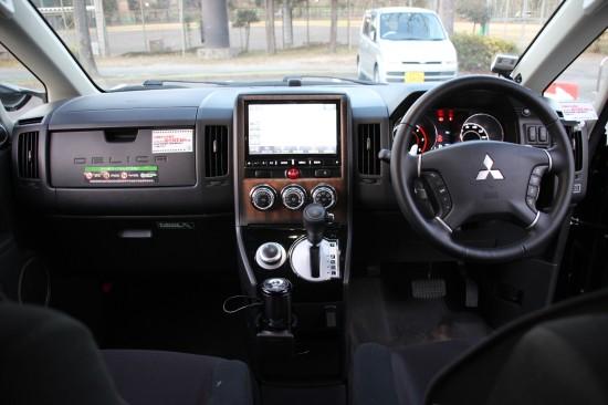 カップホルダーにアロマシステムを設置。シフトレバー横のダイヤルは4WDの切り替え用