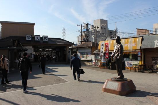 柴又駅では寅さん像がお出迎え