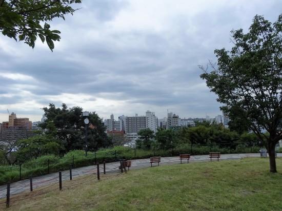 台地の傾斜を利用して作られた公園は眺望が抜群!