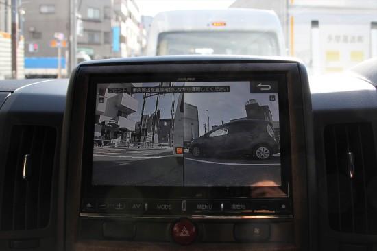 左ドアミラーとフロントバンパーに設置されたカメラが安全確認をサポート