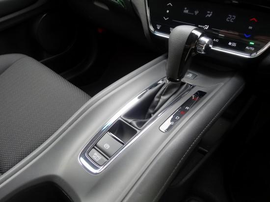 電子式パーキングブレーキを採用。「P」ボタンを引いてロック、押して解除