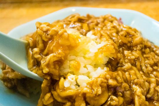 ご飯、卵、肉のシンプルな構成だが、味付けや炒め加減が絶妙