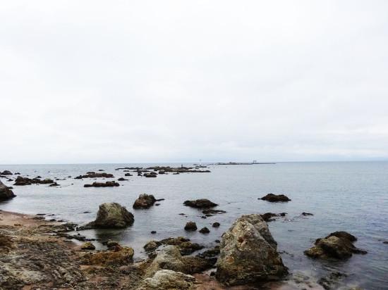 森戸大明神から名島を見ると、小さく鳥居が見えました