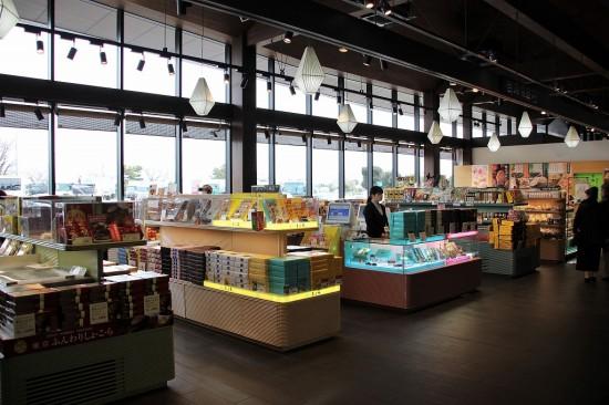 東京や埼玉の有名菓子やオリジナル商品が並ぶ「旬撰倶楽部」