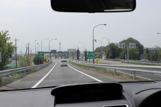 高速道路を降りた直後はスピードメーターを見てしっかり減速