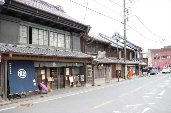 手前は福新呉服店。創業文化元年(1804年)という古いお店だ