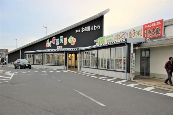道の駅「水の郷さわら」では特産品であるお米や野菜が手に入る
