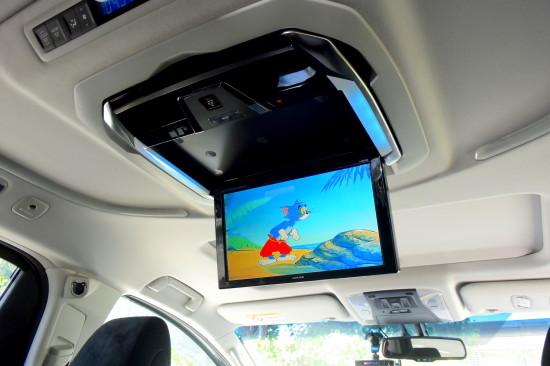 12.8型WXGAモニターは運転席よりもさらに大画面。後部座席に座っている人みんなで映像を楽しめます