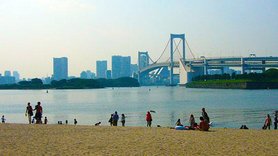夏休みまっさかり!楽しげに海辺で遊ぶ家族やカップル