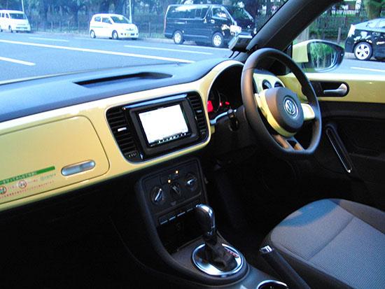 ボディカラーと同じ黄色の内装