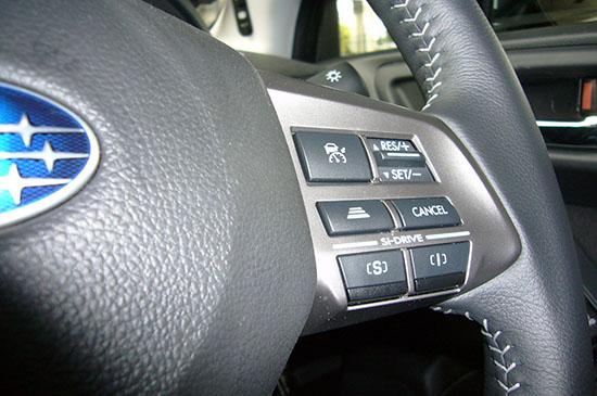 ステアリングにビルトインされたスイッチ群。左上のボタンで「クルーズコントロール」がオンになる。