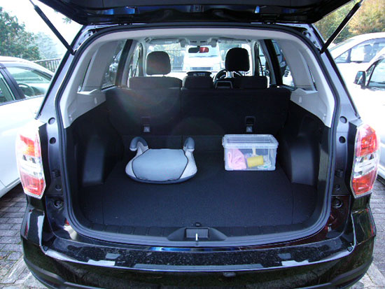 広いラゲージスペース。リアシートを倒せば、さらに大きな荷物も積める。