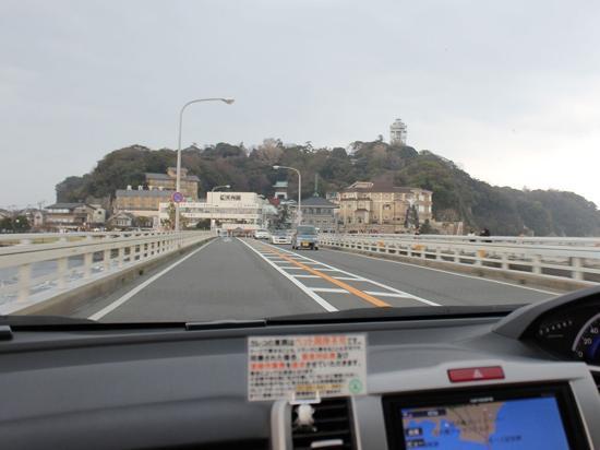 休憩をとりながらのんびり2時間半のドライブで江ノ島が見えてきました