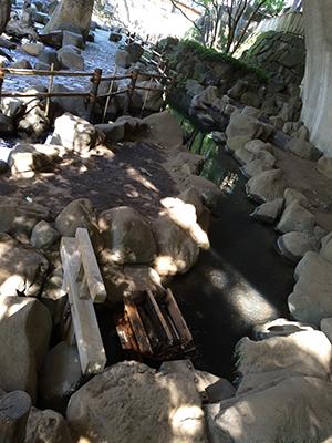 小川に設置された小さな水車