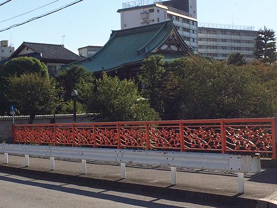 「紅葉橋」と、その先に見える「金剛寺」