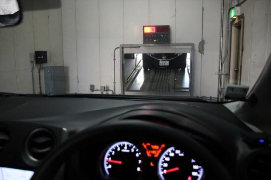 正面に設置されているミラーを見ながらまっすぐに入庫する