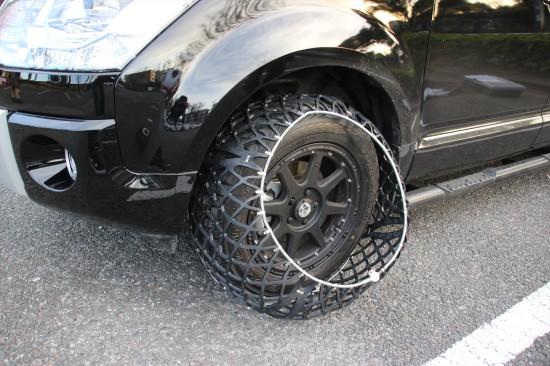 ロックが真下にくるようにして、タイヤにかぶせる