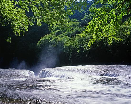 滝が割れているように見える吹割の滝