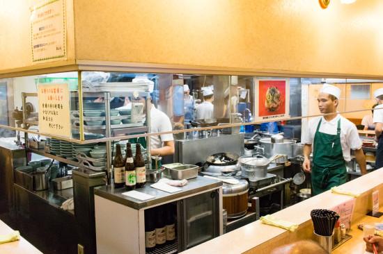 カウンター越しの大きな厨房が特徴