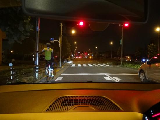 夜は昼間以上に自転車や歩行者が見えづらくなる