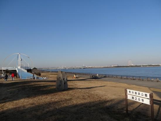 遠くに見える観覧車は葛西臨海公園