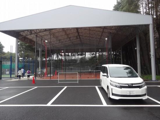 パデルコートは20m×10mでテニスコートの半分。ガラス張りなのが特徴