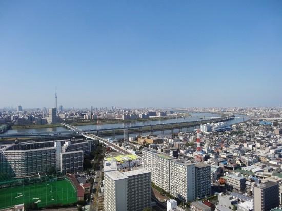 展望台から東京の町並みを一望、スカイツリーも見える