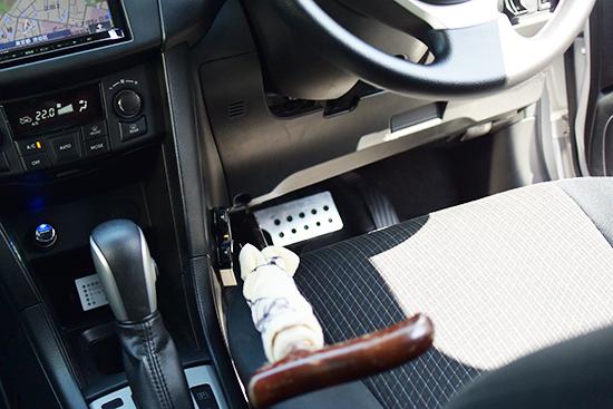 助手席からブレーキを操作できるように簡易的な補助ブレーキを設置
