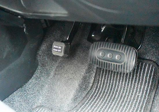 サイドブレーキは足元に。踏んで押すと、サイドブレーキのオン/オフが切り替えられます。