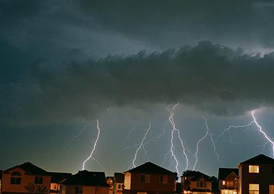 深夜に急な雷雨に見舞われた時は・・・