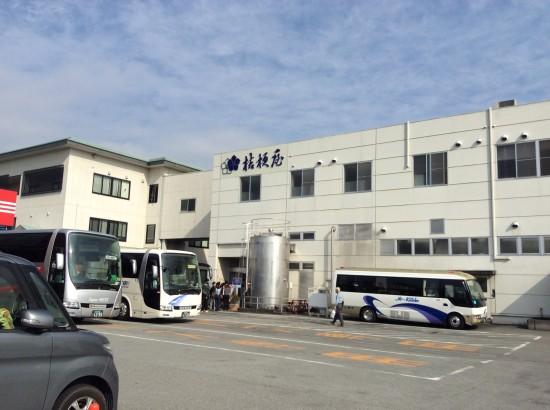 桔梗屋の工場。朝からたくさんの人たちが見学に来ていました