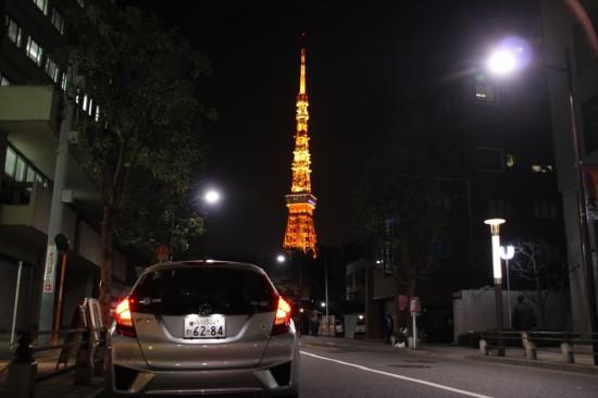 ライトアップされた東京タワーを前に編集長と電話