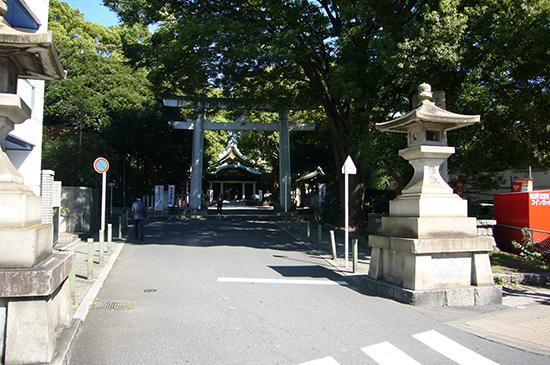 王子神社の駐車場は鳥居の先にある