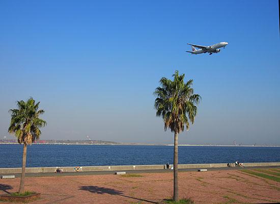晴れた日の城南島海浜公園では飛行機がよく見えます