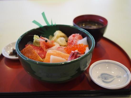 海鮮丼以外に、煮魚定食や巨大なエビフライ定食も美味しそうでした!