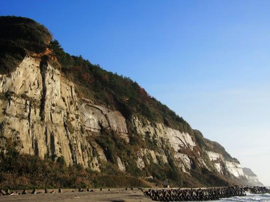 屏風ヶ浦の断崖は剥き出しの地層がずっと先まで続く雄大な景色!