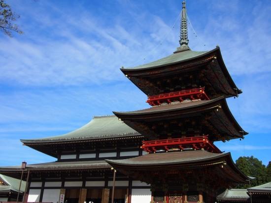 大本堂の横に建つ三重塔も重要文化財