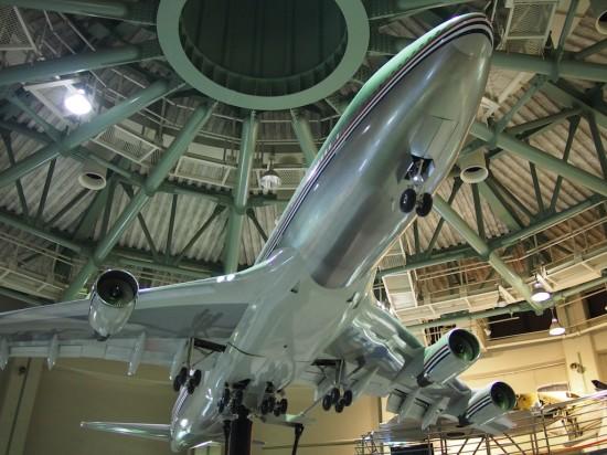 ボーイング747-400の大型模型。飛行機のフォルムってカッコいいですよね!